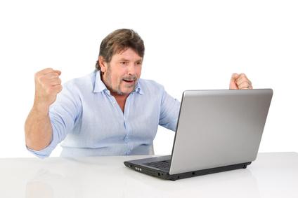 Senior erfährt positive Nachricht am PC